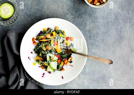 Salade de chou vert au persil Vinaigrette au Pesto. Photographié sur un fond gris. Photo Stock