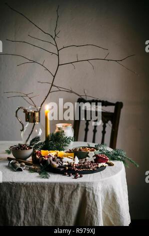 Maison de vacances tablescape avec écorce de chocolat, fruits secs, fruits, et dip Photo Stock