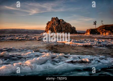 Dans l'île d'Olkhon Baikal lake at sunset, Sibérie, Russie Photo Stock