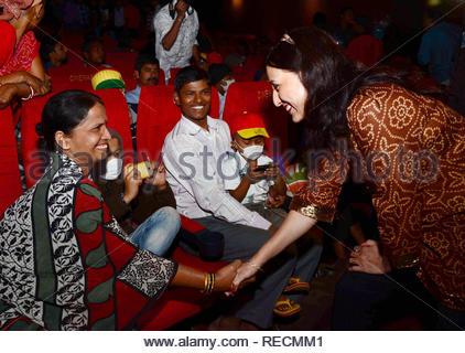 Acteur de film Marathi Kishori Shahane interagit avec les familles des patients atteints du cancer au cours de la projection spéciale du film de Bollywood Khiladi 786 2 organisé par les jeunes membres du Maharashtra NavNirman Sena (Vidyarthi) sont offertes à Mumbai, Inde, 05 janvier 2013. (Krishanu Nagar) Photo Stock
