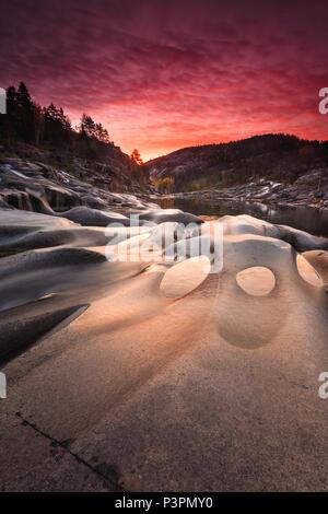 Lever du soleil à l'automne en Reinsfoss Nissedal, Telemark, Norvège. Photo Stock