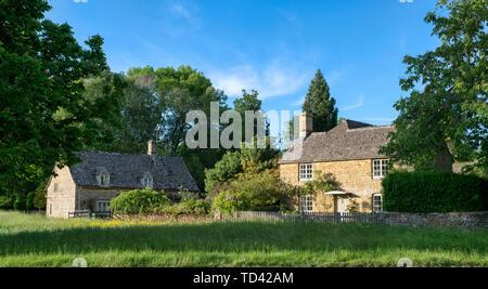 Cottage en pierre de Cotswold. Wyck Rissington, Cotswolds, Gloucestershire, Angleterre. Vue panoramique Photo Stock