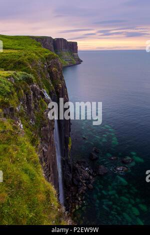 Le coucher du soleil, Kilt Rock, Cascade, littoral, falaises, Ilse de Skye, Highlands, Scotland Photo Stock