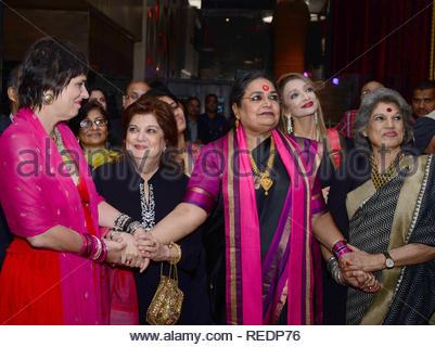 Dramaturge américain, interprète et féministe Eve Ensler (L) avec la chanteuse Usha Uthup Bollywood actrice de théâtre et Dolly Thakore pendant un dîner-bénéfice pour elle un milliard de personnes debout à Mumbai, Inde, 06 janvier 2013. (Krishanu Nagar) Photo Stock