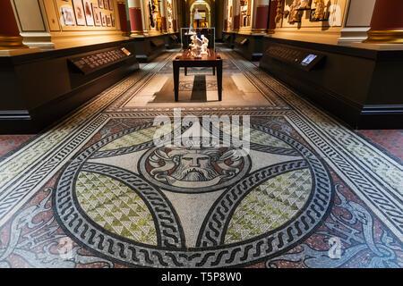 L'Angleterre, Londres, Knightsbridge, Victoria and Albert Museum, le Cast tribunaux, parquet contrecollé mosaïque, Pattern Photo Stock