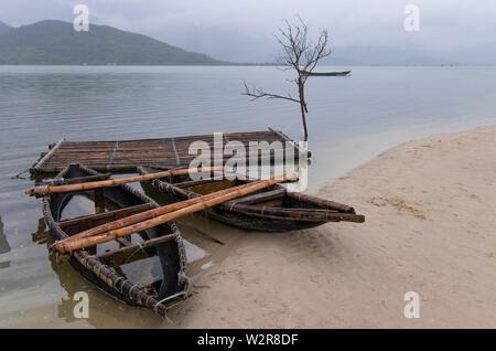 Les bateaux traditionnels sur la côte sablonneuse près de Da nang, Vietnam. Photo Stock