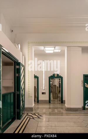 Aire communale dans l'emblématique bâtiment Hoover art déco à Londres, au Royaume-Uni qui a été transformé en appartements par Interrobang Architectes et Webb Yates E Photo Stock