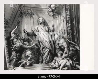 Lazio Roma Rome Gesù, c'est mon l'Italie, l'Italie Pays de l'histoire visuelle, vues extérieures de façade baroque et coupole. Une vue sur l'intérieur de l'autel principal et la chapelle des autels. Une large couverture de nef fresque au plafond par l'autel sculpté, Baciccia par Pozzo, et du corridor par Pozzo et Borgognone. Peintures et sculptures de sacristie et l'église, et des vues de face brodé minutieusement. Sarcophage des antiquités Photo Stock