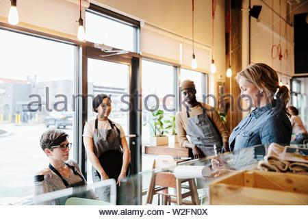 Gestionnaire de serveurs et réunion de cafe Photo Stock
