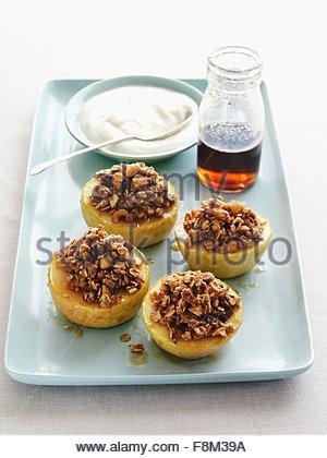 Pommes au four farcies, la crème et le sirop d'érable Photo Stock
