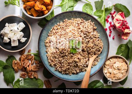 Ingrédients pour un grain mélangé, de grenade et de citrouille salade. Photo Stock