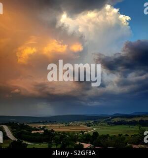 Ciel nuageux en Provence, Sud de la France. Photo Stock
