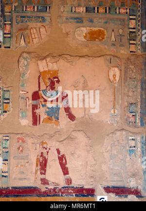 Wall relief (peint), représentant le dieu Amon, dans le Temple d'Hatshepsout, près de Louxor, Egypte. Le temple funéraire et tombe date de la xviiie dynastie, et a été conçu par Senenmut, intendant royal et architecte d'Hatshepsout. Il a été construit pendant le 15ème siècle avant J.-C., au cours de la xviiie dynastie Photo Stock