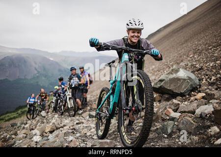 Amis impatients vélo de montagne sur sentier escarpé Photo Stock