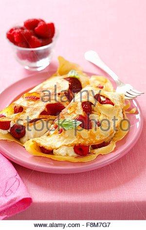 Holey crêpes de framboises et de crème glacée Photo Stock