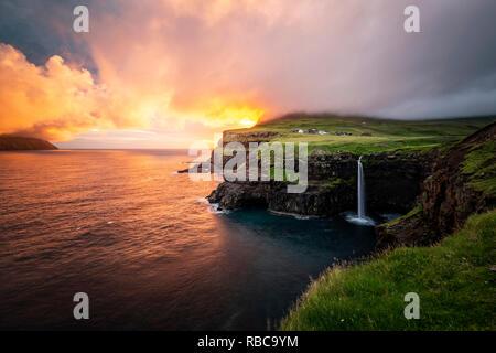 Chute d'Gasadalur au coucher du soleil, les îles Féroé, Vagar et Photo Stock