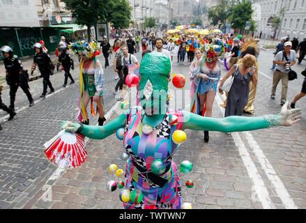 Un participant vêtu d'un costume lors d'une Gay Pride Parade ou mars de l'égalité dans le centre-ville de Kiev.Plusieurs milliers de militants gays et lesbiennes et d'associations ont défilé dans le centre de la capitale de l'Ukraine pour la pride parade annuelle. Photo Stock