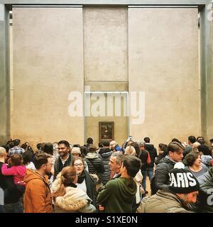 Visiteurs en face de Léonard de Vinci la Joconde dans le musée du Louvre, Paris, France Photo Stock