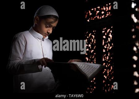 Garçon musulman Coran lecture Photo Stock
