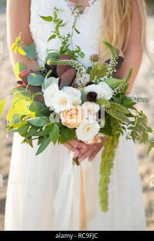 Mariée avec bouquet on beach Photo Stock