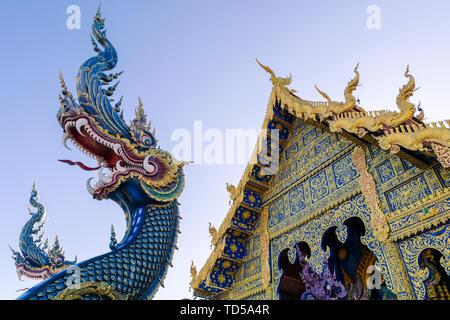 Entrée principale du Wat Rong Suea dix (Temple bleu) à Chiang Rai, Thaïlande, Asie du Sud, Asie Photo Stock