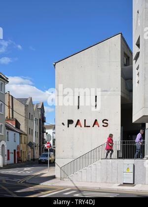 Escalier de cinéma et de spectacle. Pálás Cinéma, Galway, Irlande. Architecte: dePaor, 2017. Photo Stock