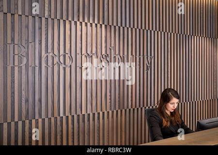 Lambris de bois dans l'espace réception. 8 Bloomsbury, Londres, Royaume-Uni. Architecte: Buckley Gray Yeoman, 2017. Photo Stock