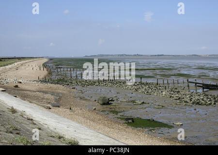 Marée basse à l'Swale, à la mer le long du mur vers l'île de Sheppy. Kent Wildlife Trust. Photo Stock