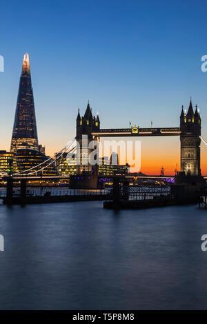 L'Angleterre, Londres, Tower Bridge et le Fragment au coucher du soleil Photo Stock