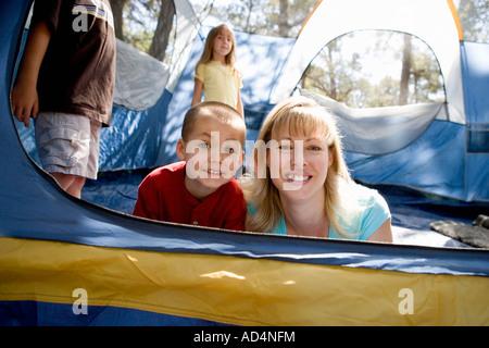 Portrait d'une mère et son fils dans une tente Photo Stock