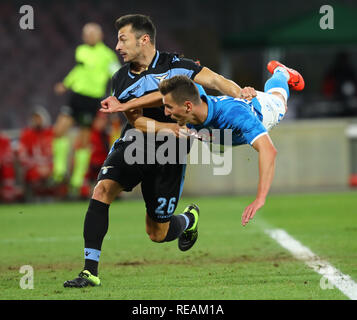Stadio San Paolo, Naples, Italie. 20 Jan, 2019. Football Serie A, Naples et le Latium ; Arkadiusz Milik de Napoli obtient son passé loin de Stefan Radu du Latium : Action Crédit Plus Sport/Alamy Live News Photo Stock