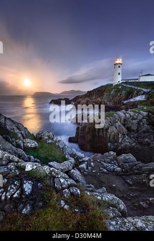 Fanad Head capturé comme une pleine lune s'élève derrière le phare. Photo Stock