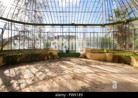 Vue intérieure d'une très belle serre en un château abandonné en France. Photo Stock