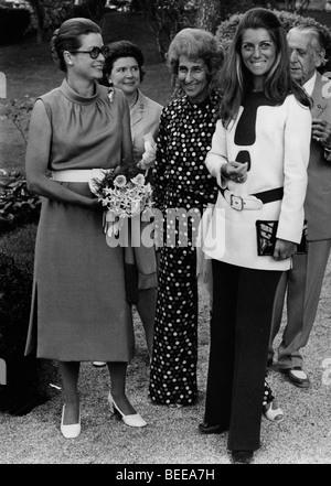 Grace Kelly, princesse de Monaco, à gauche, avec la chanteuse française SHEILA Photo Stock