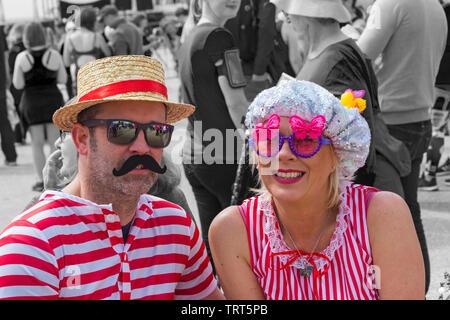 Couple dressed in costumes de bains victorienne pour la course pour la vie à Bournemouth, Dorset UK en Juin Photo Stock