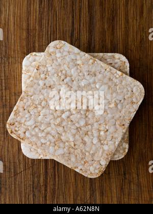 Ricecakes sur planche de bois Photo Stock