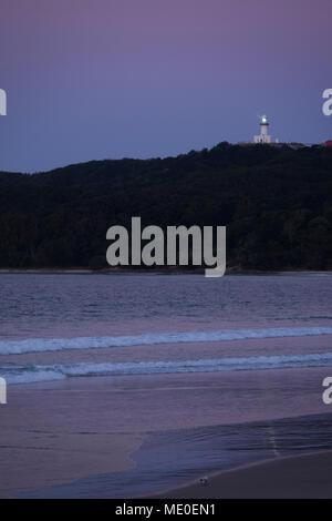 Phare de Cape Byron sur colline illuminée au crépuscule à Byron Bay en Nouvelle Galles du Sud, Australie Photo Stock