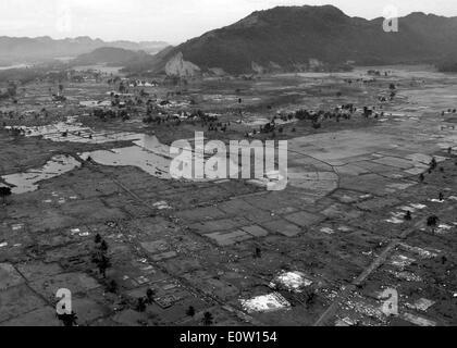050102-N-9593M-029 de l'Océan Indien (jan. 2, 2005) - un village près de la côte de Sumatra met en ruine après le tsunami qui a frappé Photo Stock