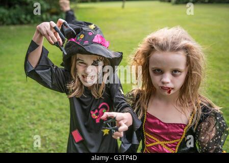 Deux enfants habillés en costume pour l'Halloween. Photo Stock