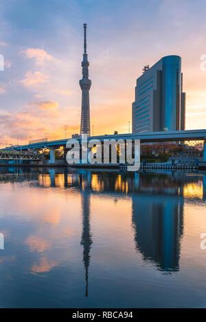 Et Tokyo Skytree rivière Sumida, Tokyo, région du Kanto, au Japon. Photo Stock