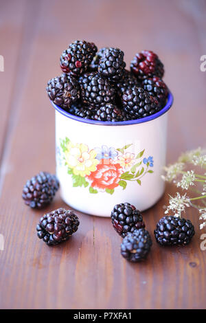 Frais jardin mûres dans une tasse vintage blanc Photo Stock