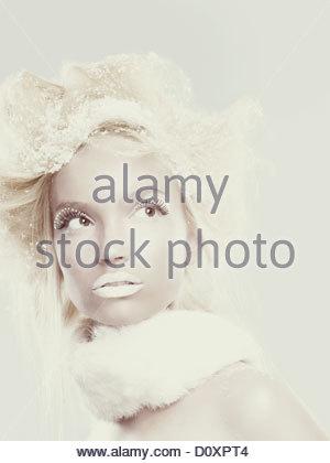 Jeune fille avec des flocons de glace dans les cheveux Photo Stock