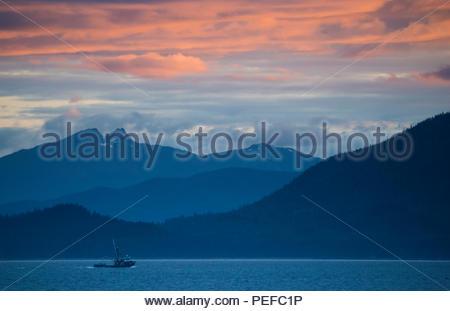 Bateau de pêche au coucher du soleil à Stephens Passage. Photo Stock