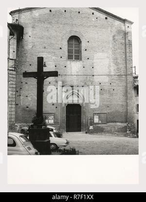 San Severino Marche Macerata Marches S. Agostino, Cathédrale, c'est mon l'Italie, l'Italie Pays de l'histoire visuelle, une vue sur l'extérieur de la façade du 15ème siècle avec son portail gothique. Vues également de l'oratoire et portail baroque. L'intérieur, restauré en 1776 et 1827, est néoclassique. une petite chapelle voûtée en berceau avec une peinture de l'autel principal moderne de la Dernière Cène. C'est soit l'oratoire ou une misidentifed intérieur de l'église. Autres vues: crucifix en bois massif d'une porte de la sacristie et l'intarsia panneaux par Indivini divers peintures à l'autel une statue en argent de Saint Severino avec un Photo Stock