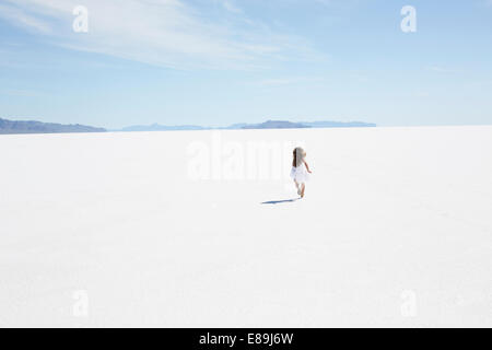 Fille courir le long de Bonneville Salt Flats Photo Stock