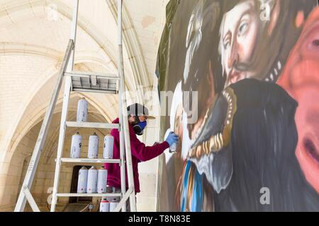 France, Indre et Loire, Vallée de la Loire classée au Patrimoine Mondial de l'UNESCO, Amboise, Château d'Amboise, l'artiste de graffiti Ravo en résidence au château d'Amboise se reproduit sur place la peinture de la mort de Léonard de Vinci Photo Stock