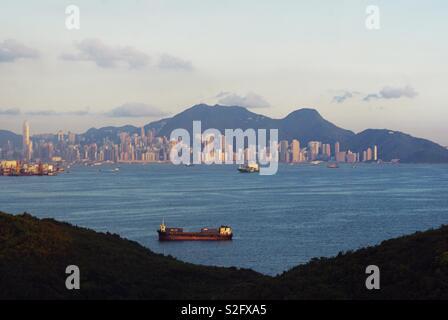 Vue sur la ville de Hong Kong. Avec vue sur la montagne , mer , bâtiment et le coucher du soleil . Photo Stock