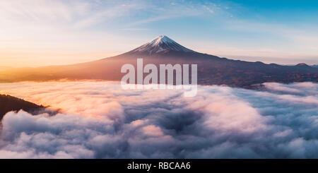 Vue aérienne du Mont Fuji et mer de brume au lever du soleil, préfecture de Yamanashi, au Japon. Photo Stock