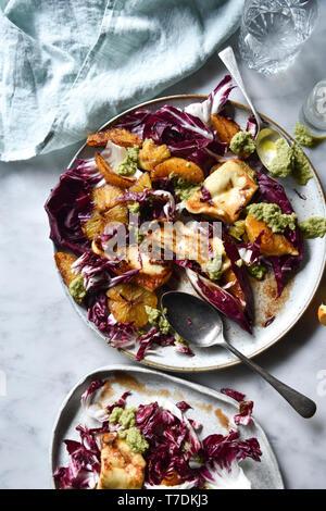 Le radicchio Salade Halloumi Photo Stock