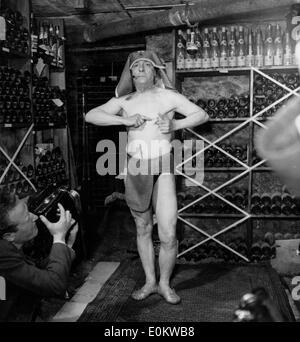 Mai 05, 1950; Paris, France; un concours original est passé lors de l'AUBERGE D''Armaille, à Paris, où deux fakirs commencé un enterré vivant la concurrence. Dans l'image est Fakir SCARHA-BEY avec des aiguilles à travers sa peau. Photo Stock
